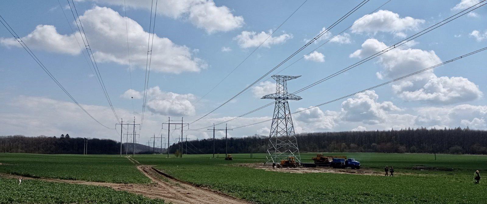 В рамках виконання робіт з будівництва ПЛ 330 кВ «Західноукраїнська – Богородчани» в стислі терміни були виконані перевлаштування ПЛ, які перетинаються